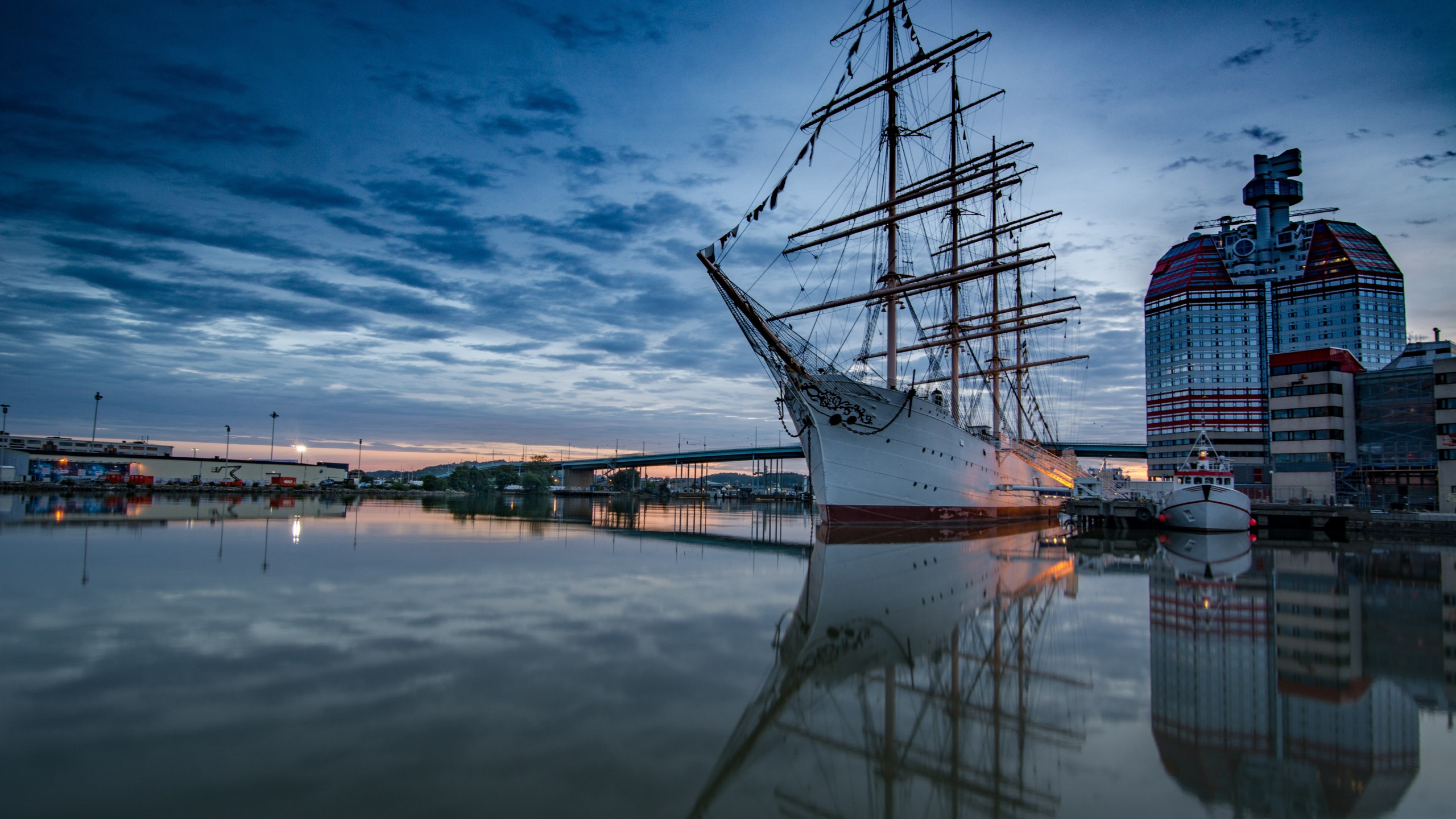 Historic wooden sailing ship in Gothenburg Harbour wallpaper 2560x1440