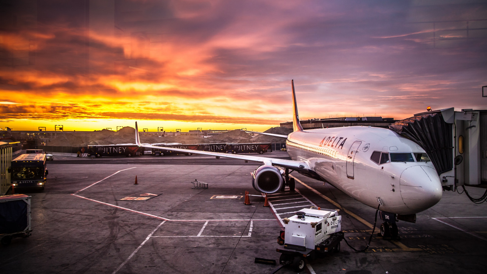 Delta Aircraft on JFK Airport wallpaper 1600x900