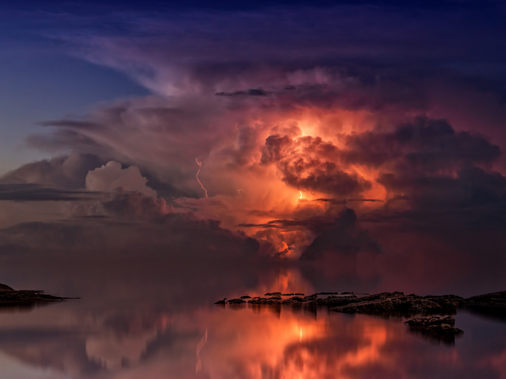 Lightning and thunderstorm in the sky wallpaper 1024x768