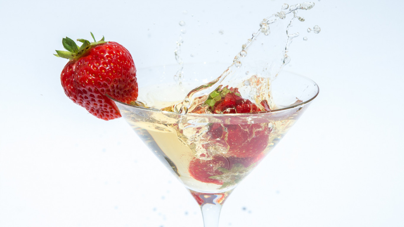 Champagne with strawberries wallpaper 1366x768