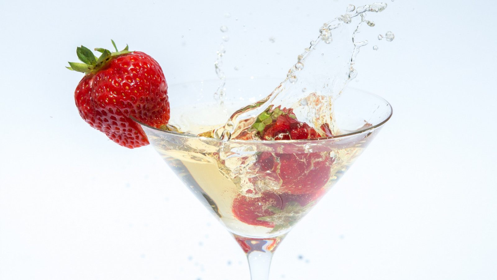 Champagne with strawberries wallpaper 1600x900