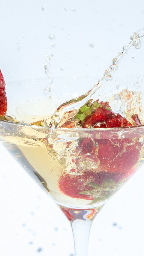 Champagne with strawberries wallpaper 480x854