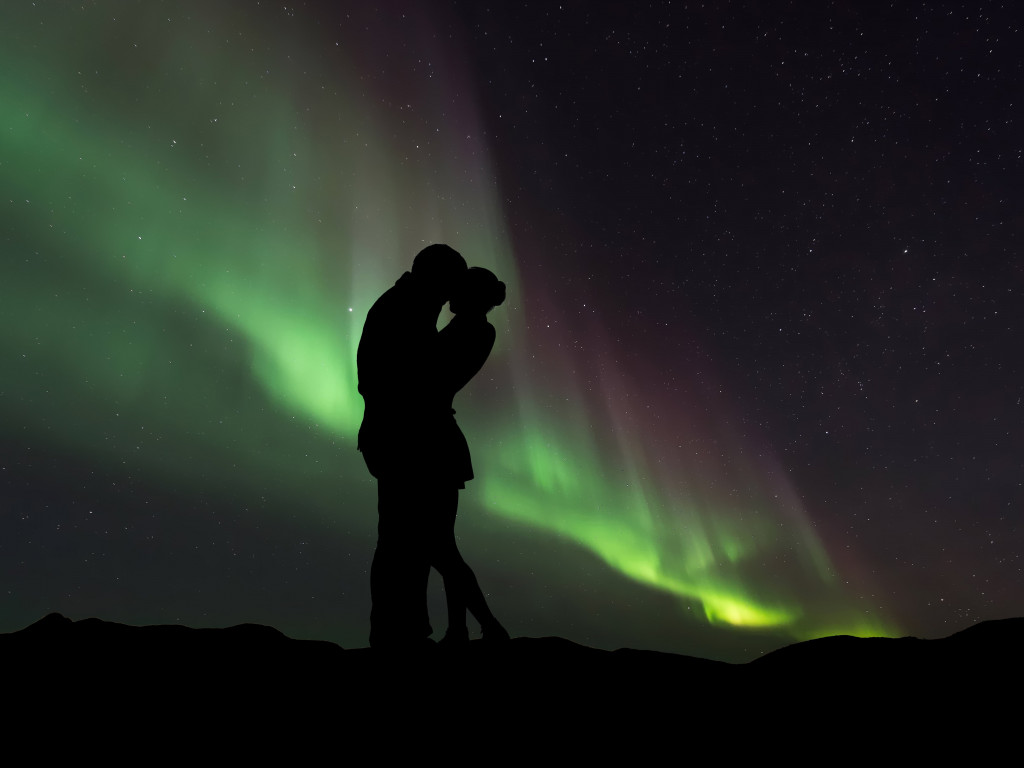 Couple in love under the Northern Lights wallpaper 1024x768