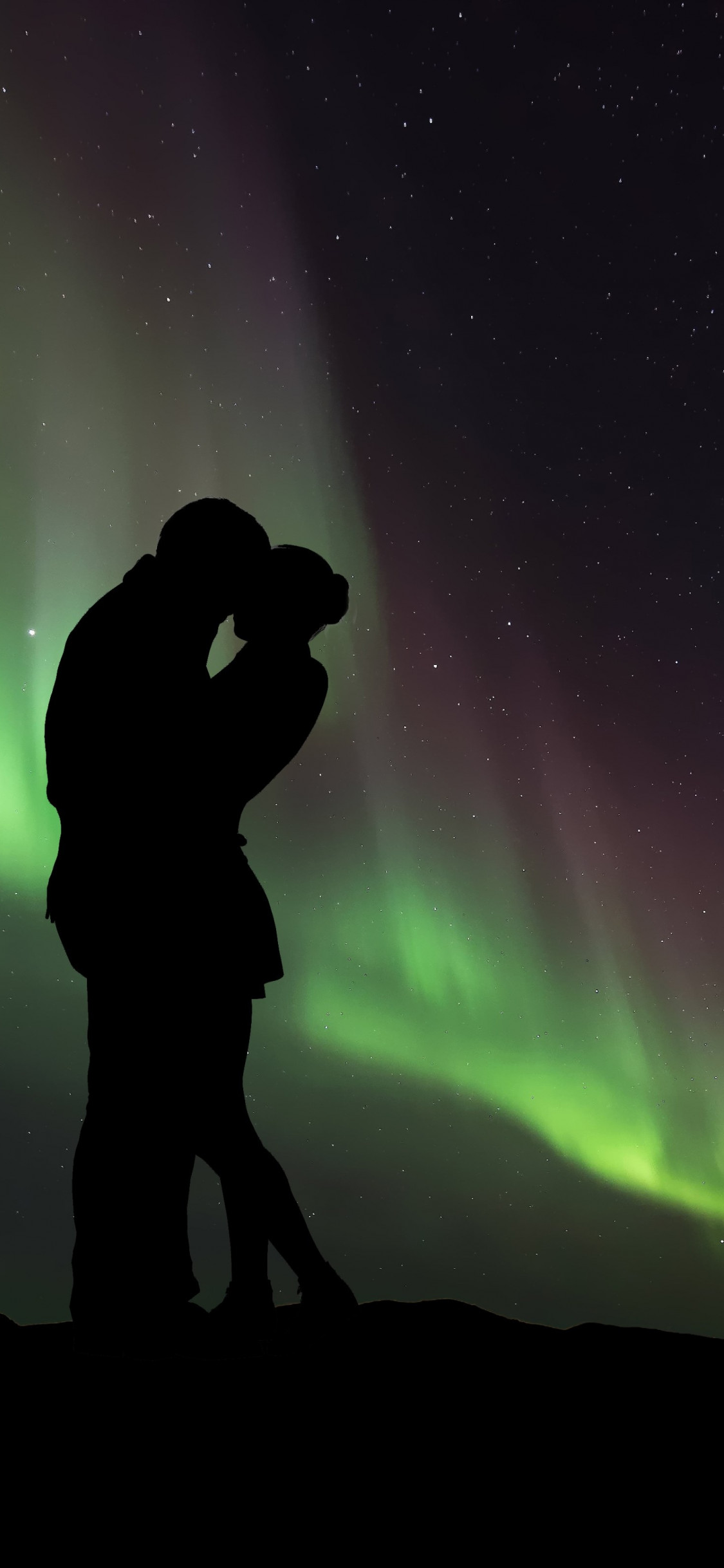 Couple in love under the Northern Lights wallpaper 1125x2436