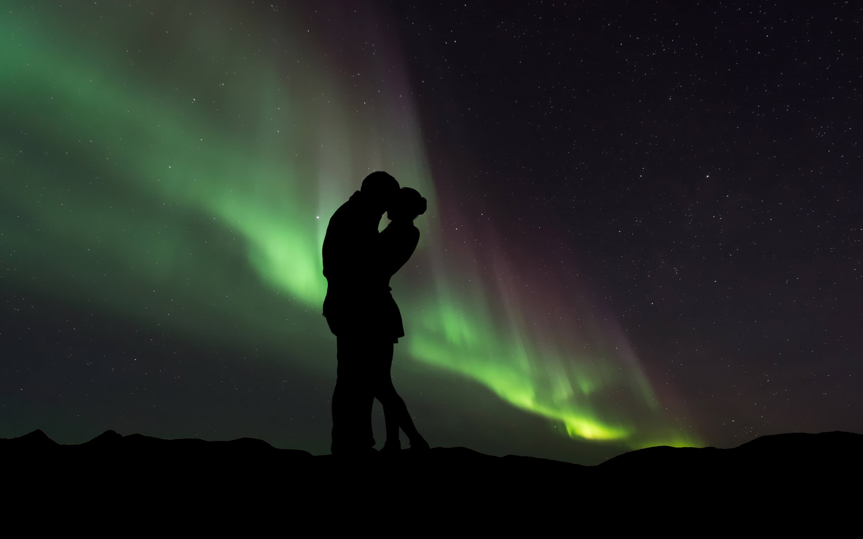 Couple in love under the Northern Lights wallpaper 1680x1050