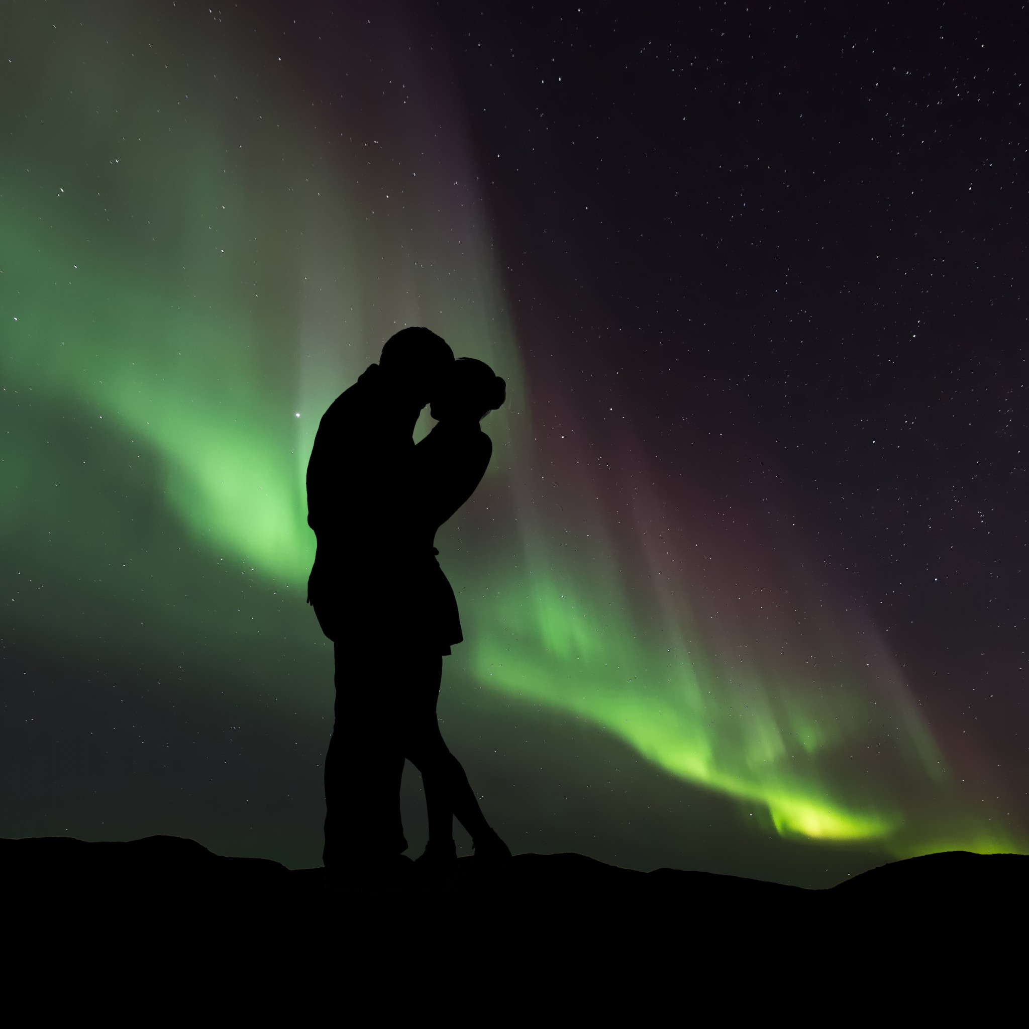 Couple in love under the Northern Lights wallpaper 2048x2048