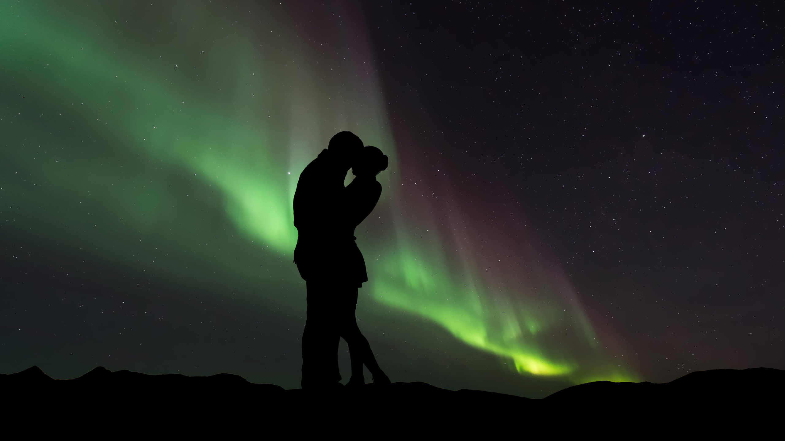 Couple in love under the Northern Lights wallpaper 2560x1440