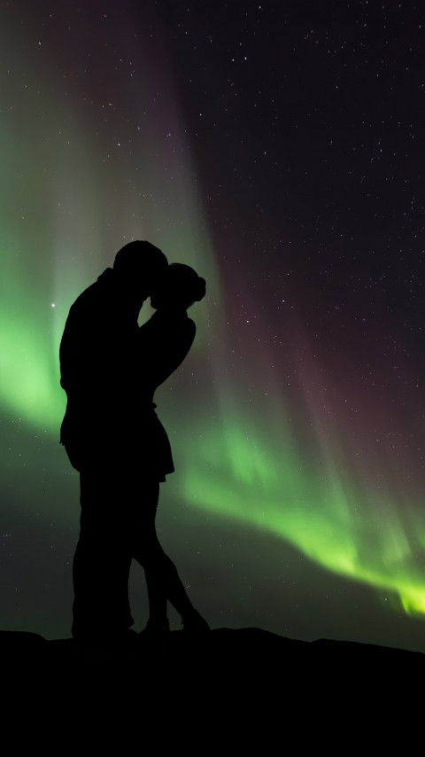 Couple in love under the Northern Lights wallpaper 480x854