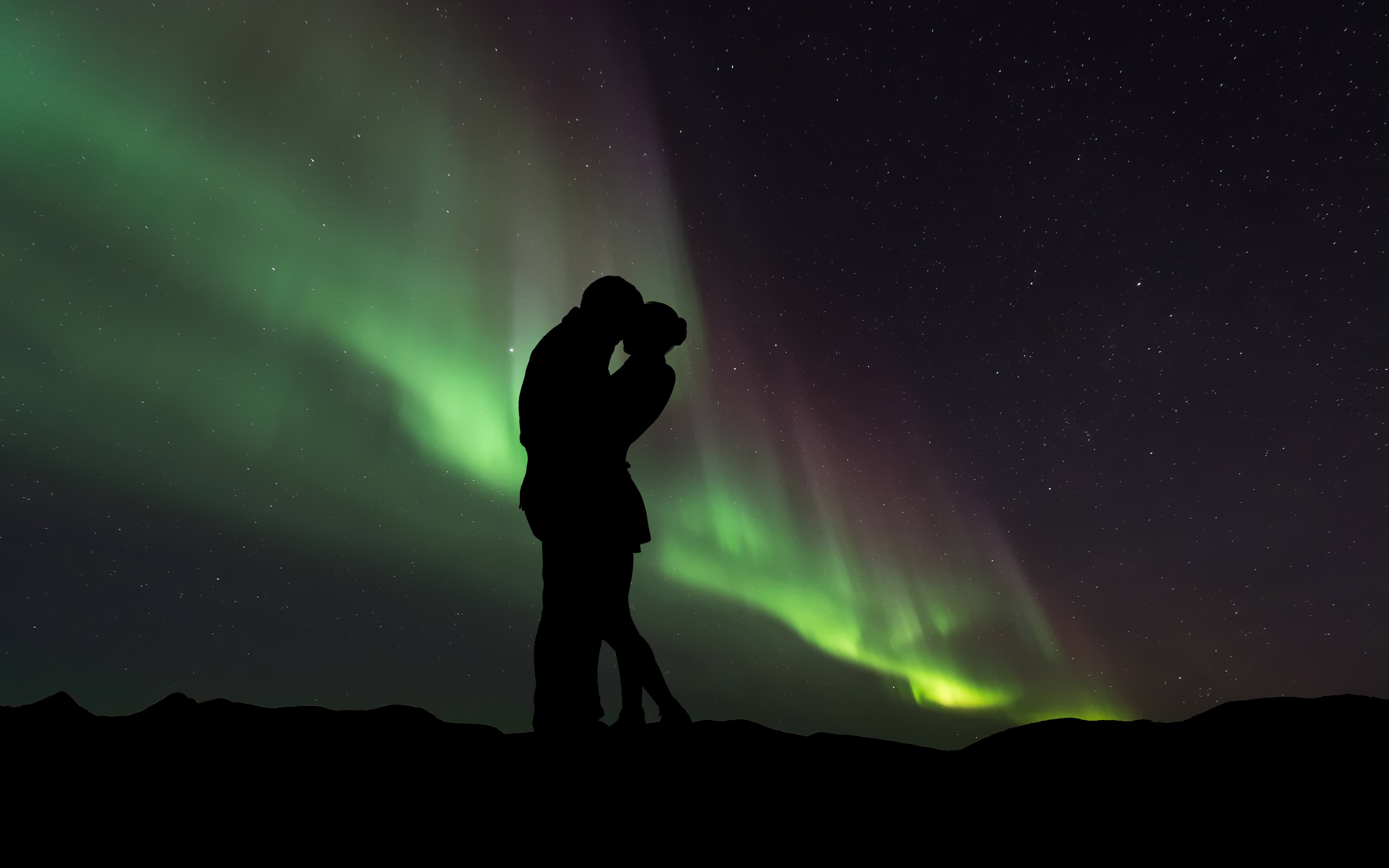 Couple in love under the Northern Lights wallpaper 5120x3200