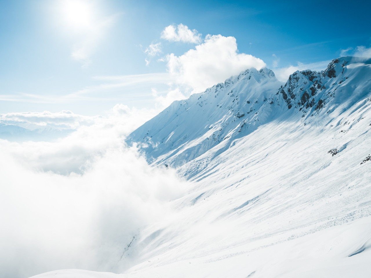 Mountains full of snow and blue sky wallpaper 1280x960