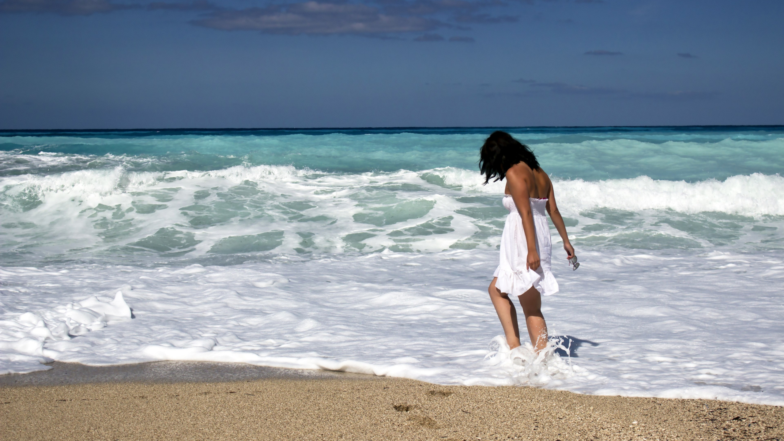 Download Wallpaper Girl On The Ocean Beach 2560x1440