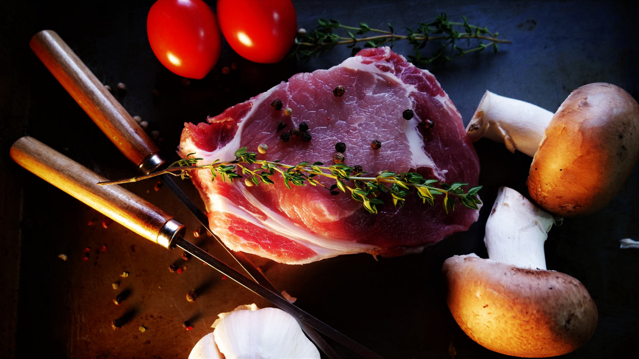 Ready for a tasty steak with mushrooms, tomatoes | 1280x720 wallpaper