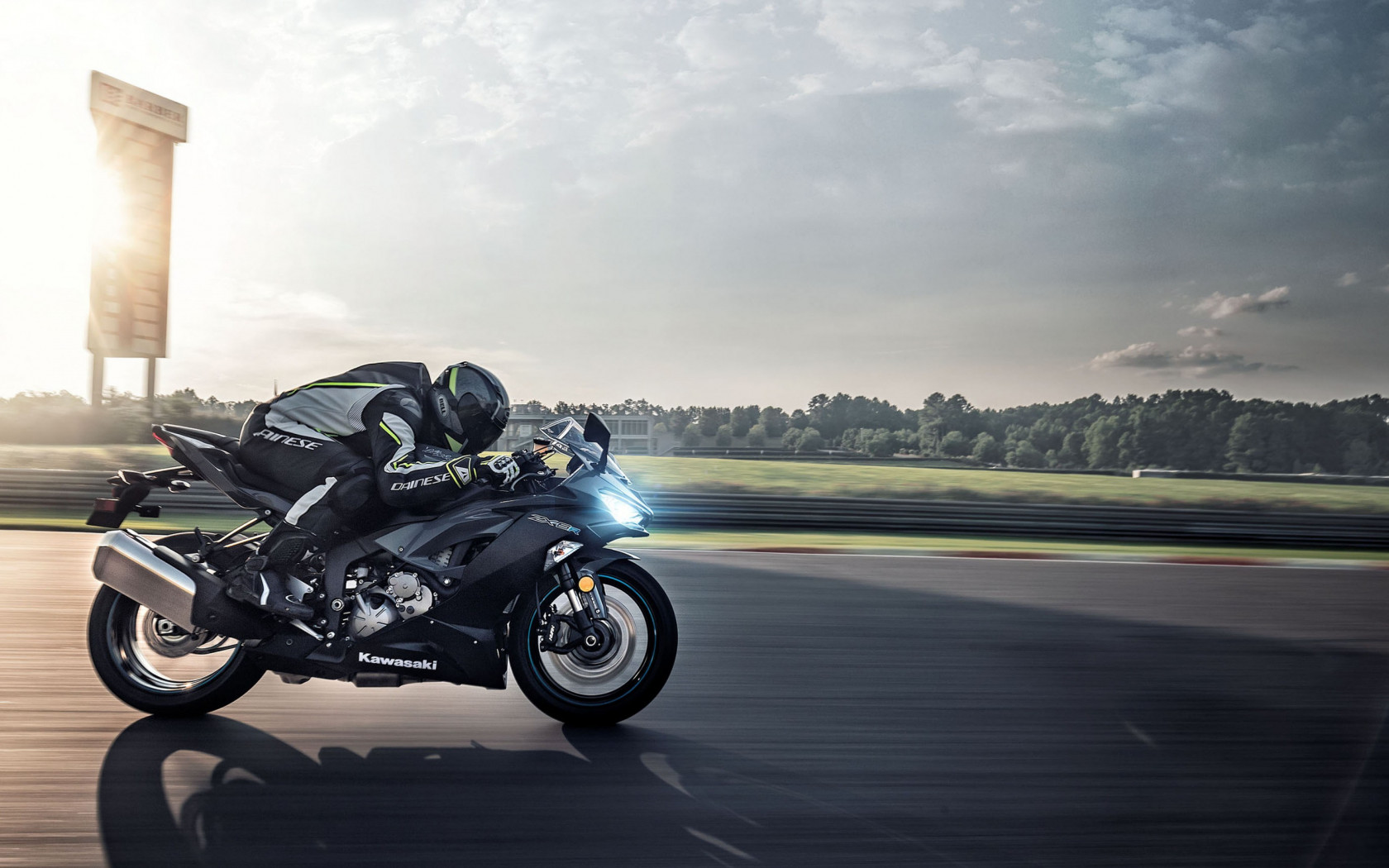 Kawasaki Ninja ZX 6R in motion wallpaper 1680x1050