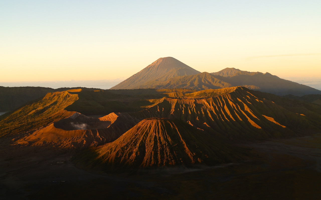 Active Volcanos from Mount Bromo wallpaper 1280x800
