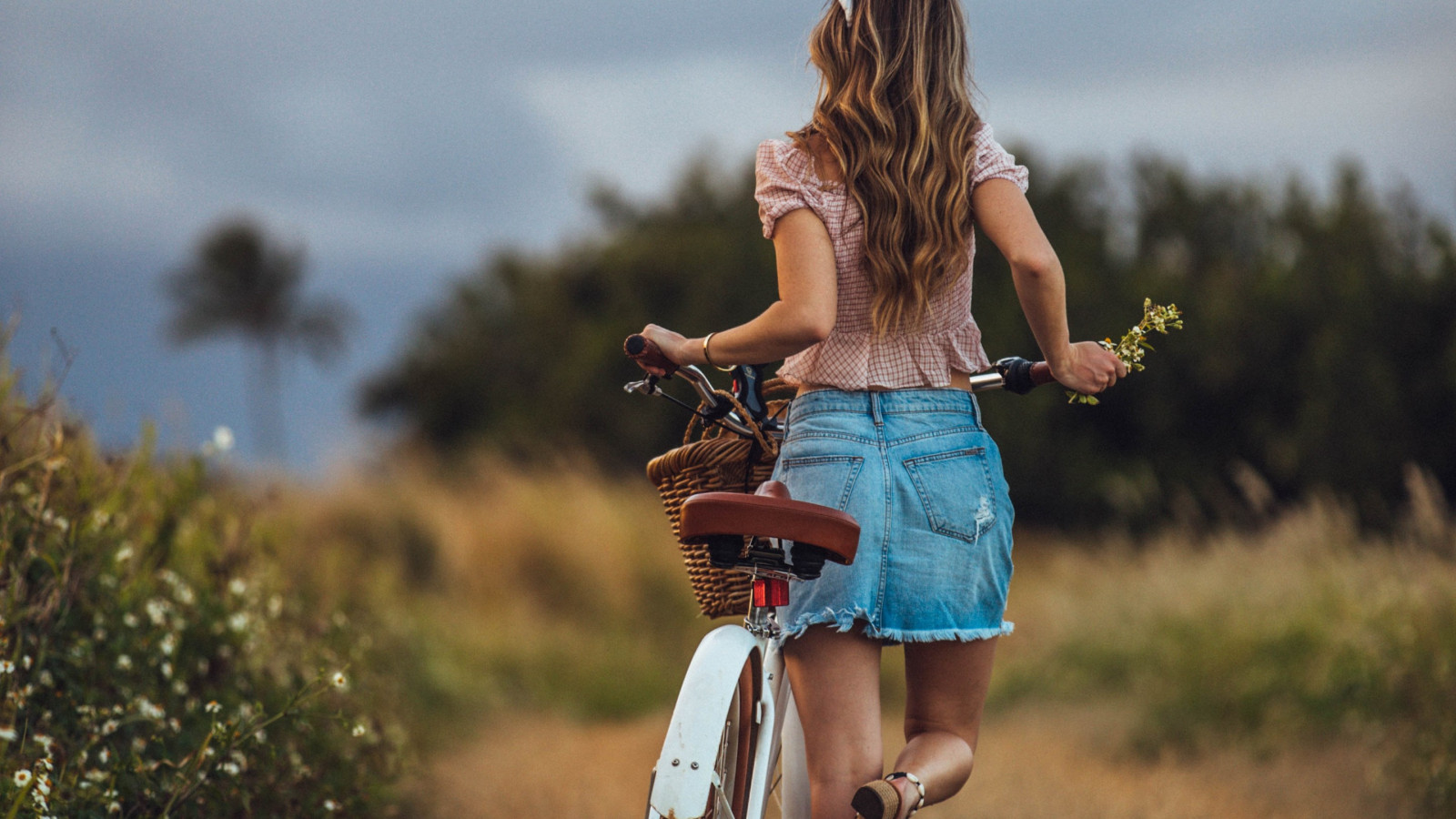 Lady with her retro bike wallpaper 1600x900