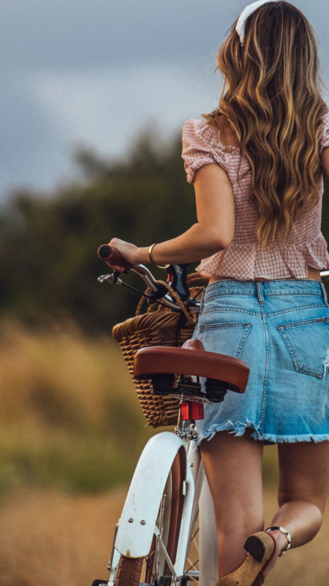 Lady with her retro bike wallpaper 480x854