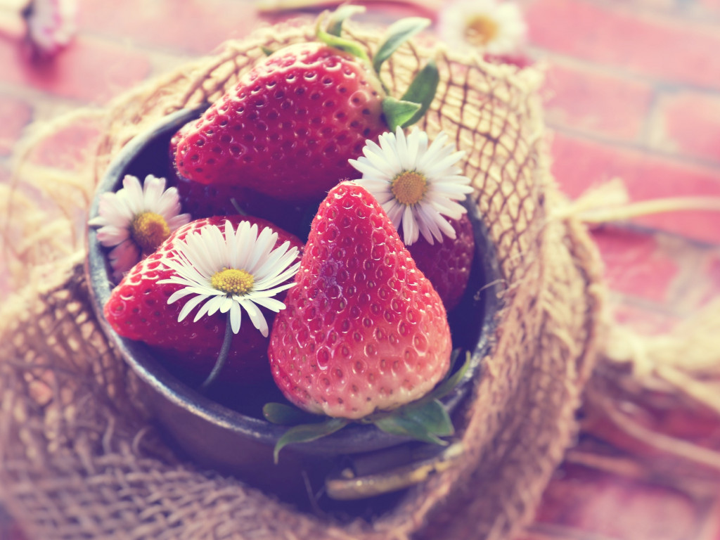 Tasty strawberries wallpaper 1024x768