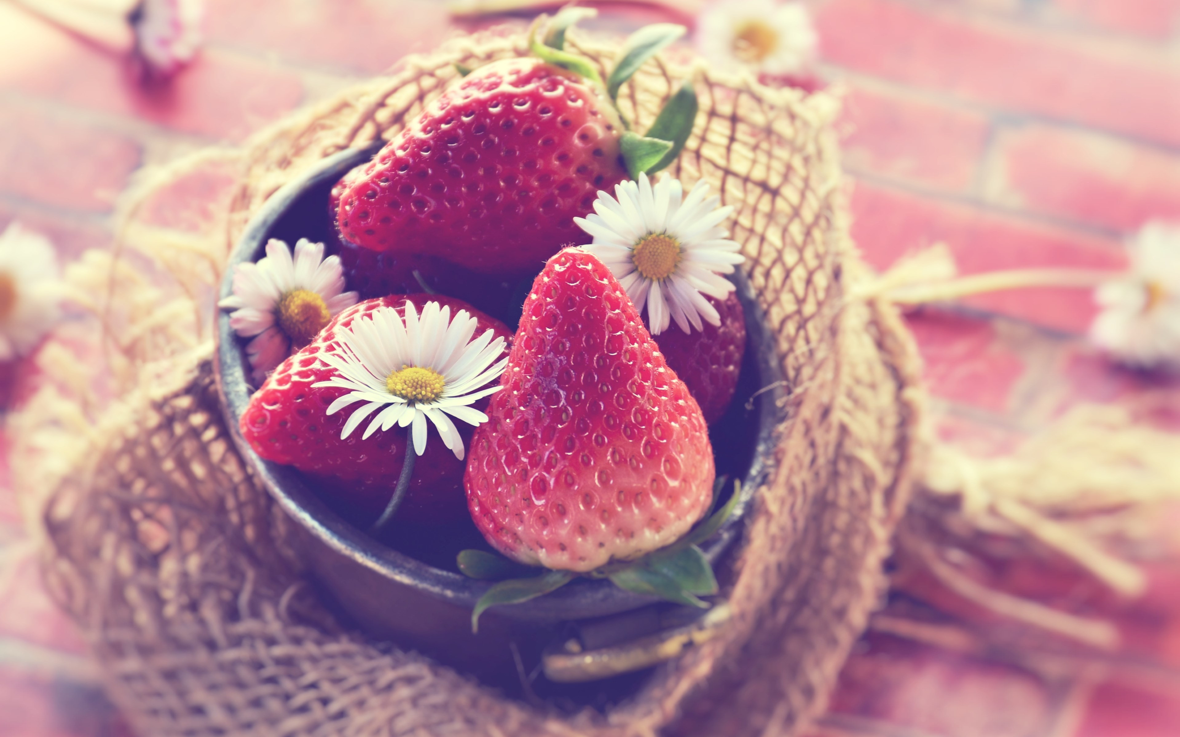 Tasty strawberries wallpaper 3840x2400