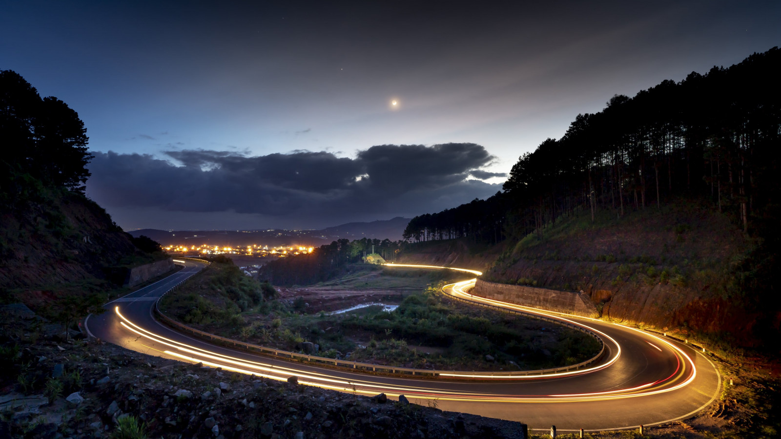 Lights on the road of Dalat, Vietnam wallpaper 1600x900