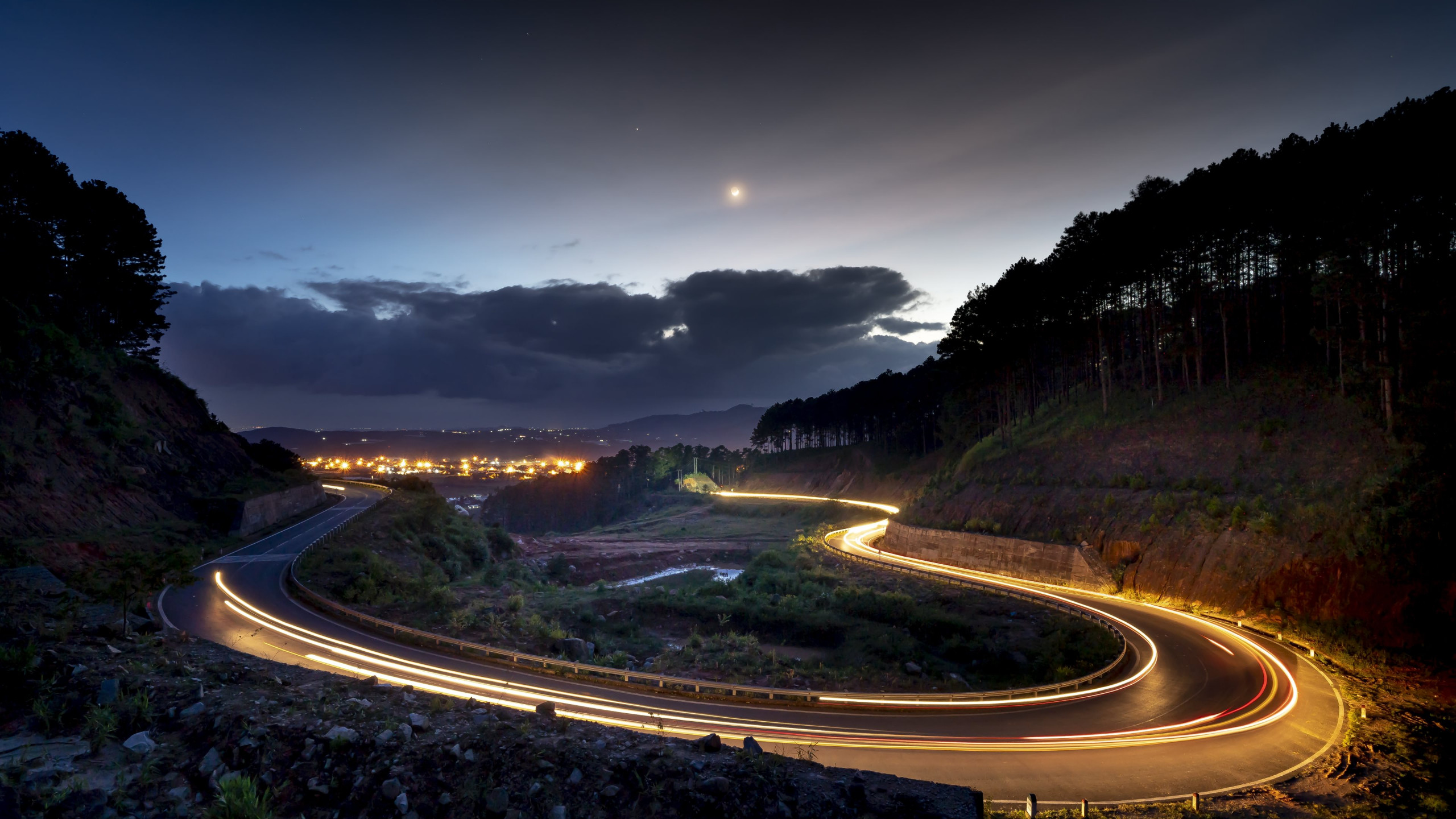Lights on the road of Dalat, Vietnam wallpaper 2560x1440