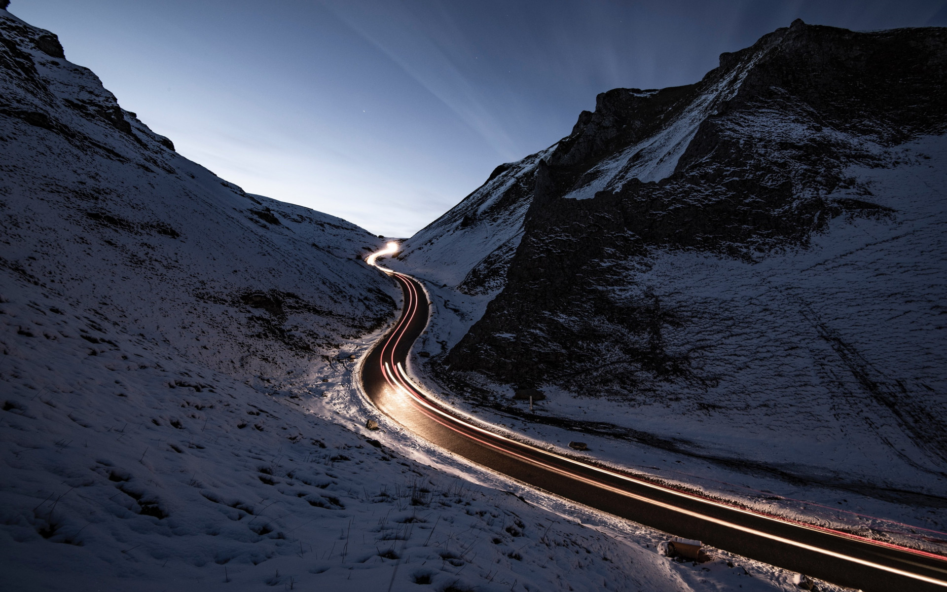 Car lights on Winnats Pass wallpaper 1920x1200