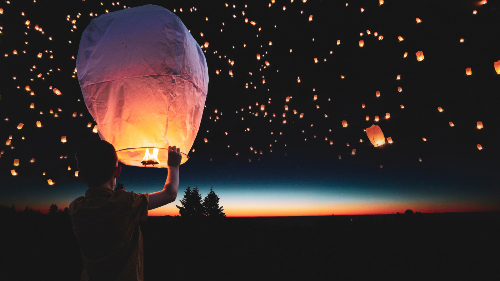 Lanterns floating on the night sky wallpaper 1600x900
